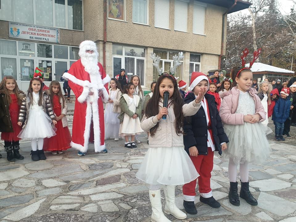 С много емоции, настроение и усмивки бяха запалени светлините на Коледната елха в двора на ОДК-Велинград.