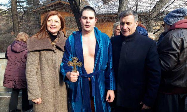 Осемнайсет момчета и едно момиче се хвърлиха за Богоявленския кръст във Велинград
