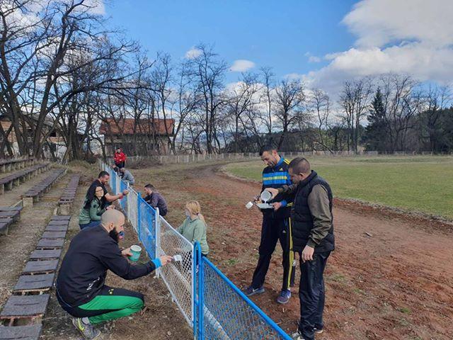 """Браво: Общински служители, съветници и доброволци почистиха Градският стадион """"Девети септември"""" в гр.Ракитово"""