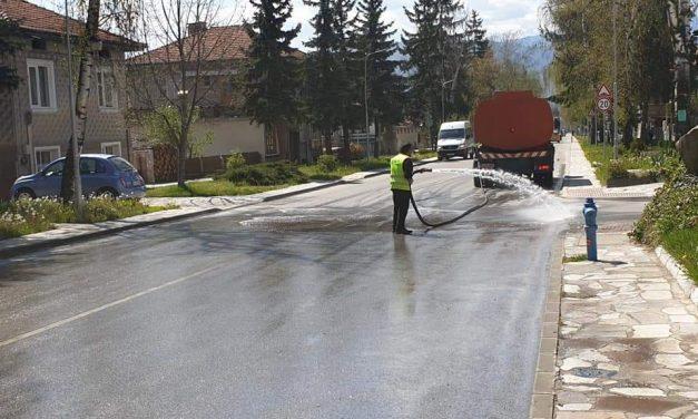 Дезинфекцията на улиците във Велинград продължава