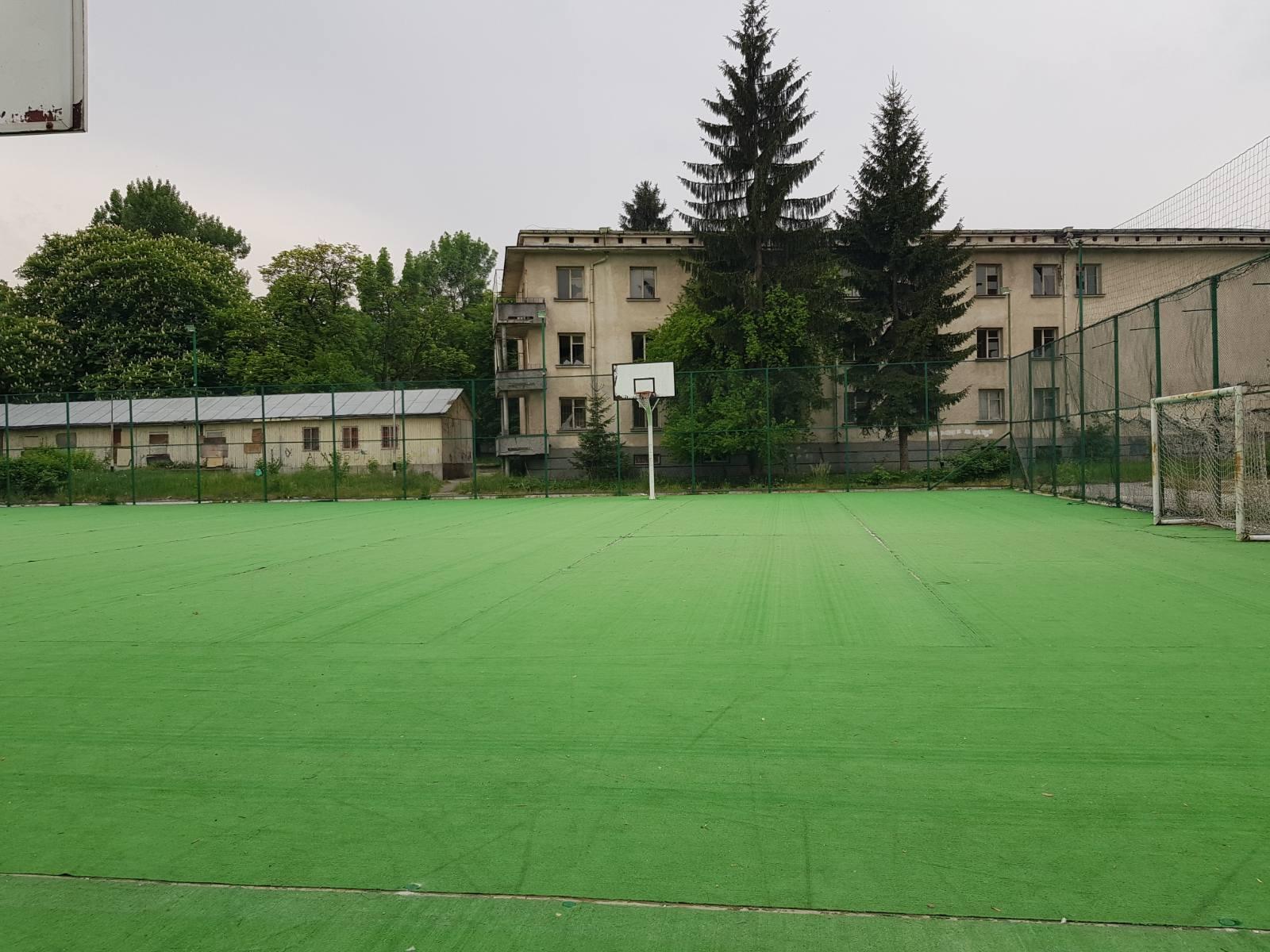 Община Ракитово възстанови покъсаната изкуствена тревна настилка на спортната площадка в Климатичната гимназия