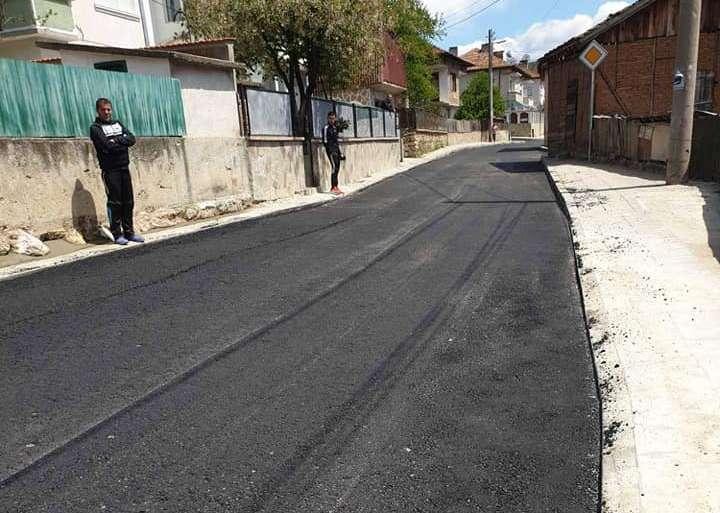 """Положиха първи асфалтов слой на ул. """"Поленска"""" в Драгиново"""
