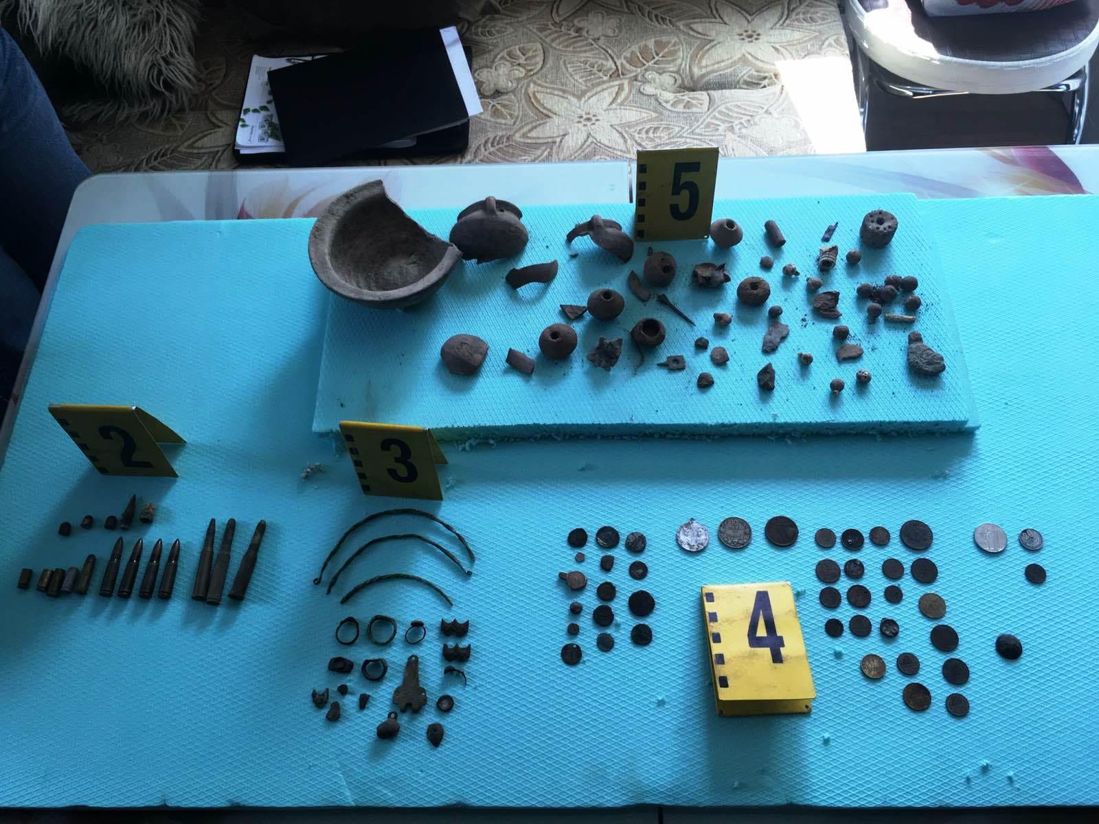 Незаконно притежавани културно-исторически ценности, огнестрелни оръжия и боеприпаси бяха открити от велинградски криминалисти в къща, намираща се в село Кръстава
