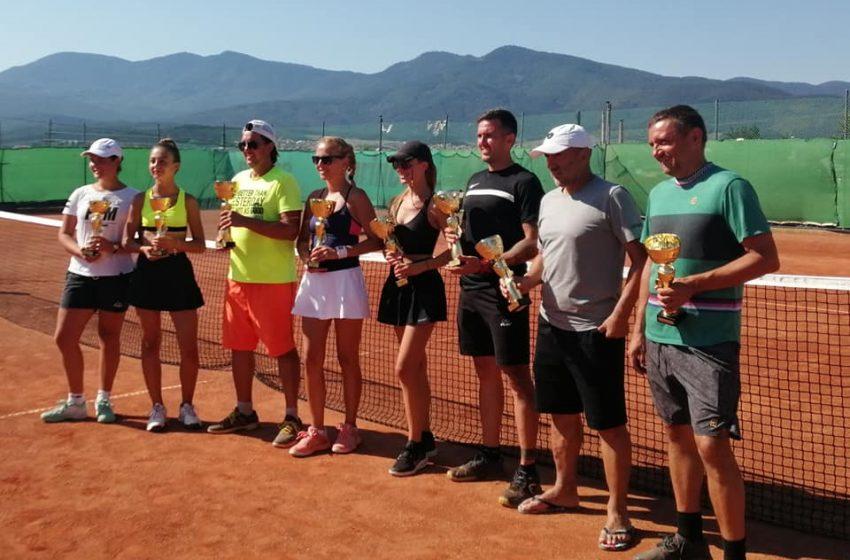 Велинградчани взеха златото при мъжете и при жените в турнира по тенис