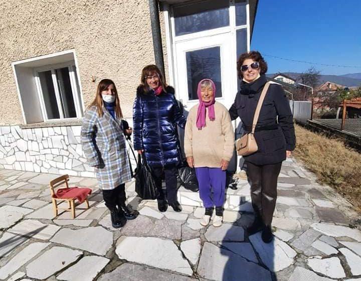 Децата от ЦПЛР-ОДК Велинград и техните ръководители дариха хранителни продукти на крайнонуждаещи се хора