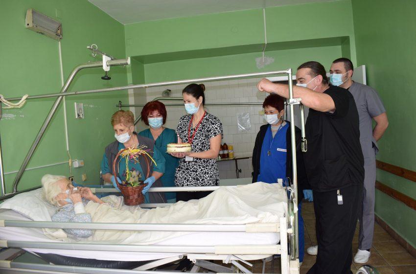 Медиците в МБАЛ-Пазарджик изненадоха пациентката баба Димитрия за нейния 98-ми рожден ден