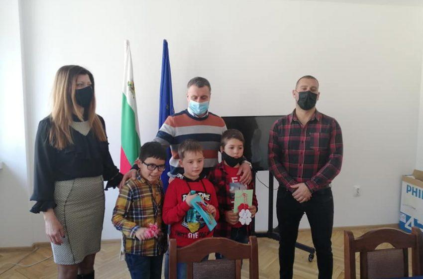 Седемгодишни зарадваха общинското ръководство във Велинград с ръчно изработени мартеници от ЦПЛР-ОДК