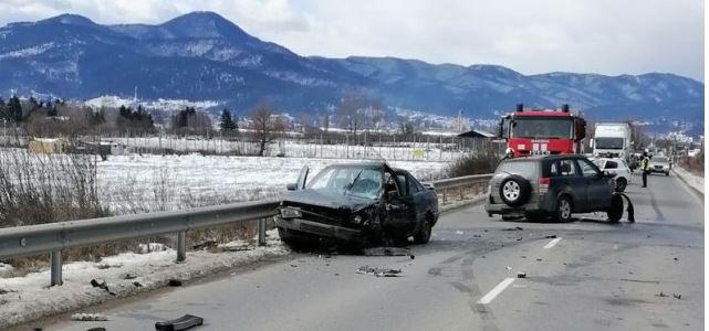 Катастрофа между 3 автомобила затвори пътя между Велинград и гара Костандово