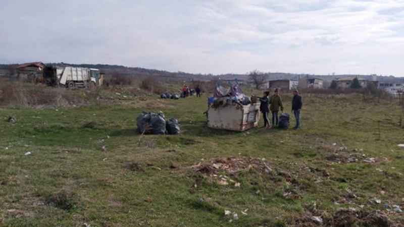 Община Стрелча – 15 общински служители почистиха 55 декара замърсени площи