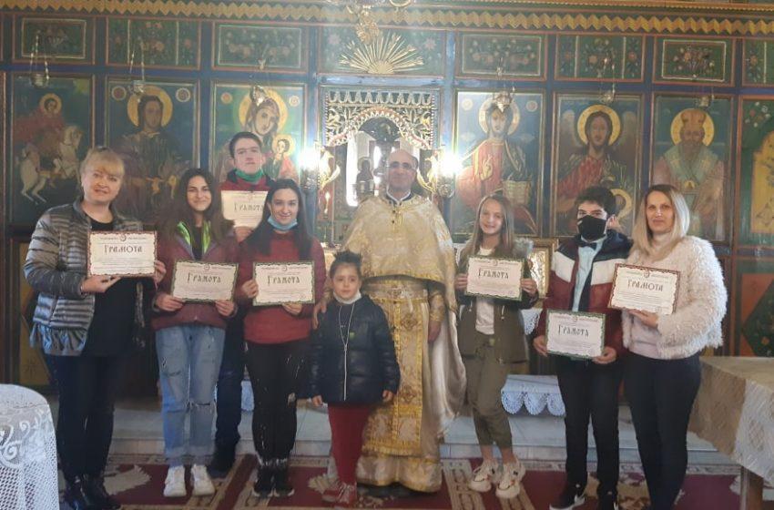 Заради пандемията ученици в гр. Ракитово получиха със закъснение наградите от конкурс на Пловдивската Митрополия