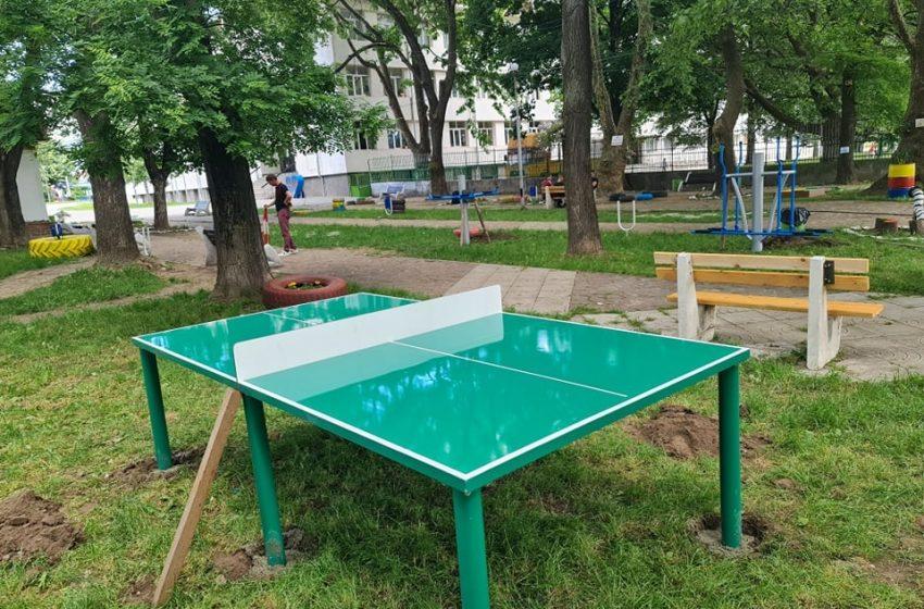 Фирма дари маси за тенис за парковете в гр. Ракитово и гр. Костандово