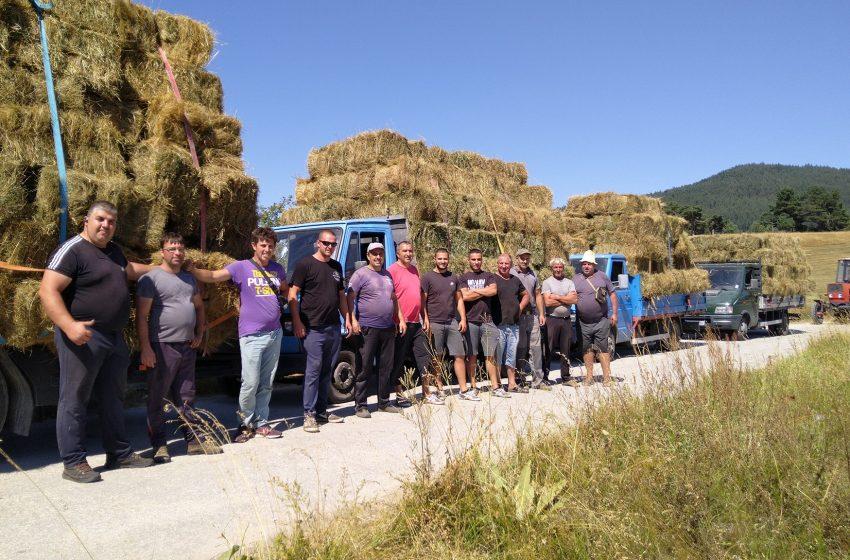 Костандовци даряват сено на фермерите в село Кръстава