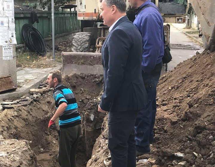 """Д-р Коев инспектира ремонта на водопровода по ул. """"Вл. Маяковски"""""""