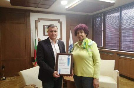 Кметът на Велинград връчи грамота на д-р Беличенова за принос в балнеолечението